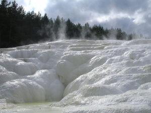 zoutafzetting bij waterbron